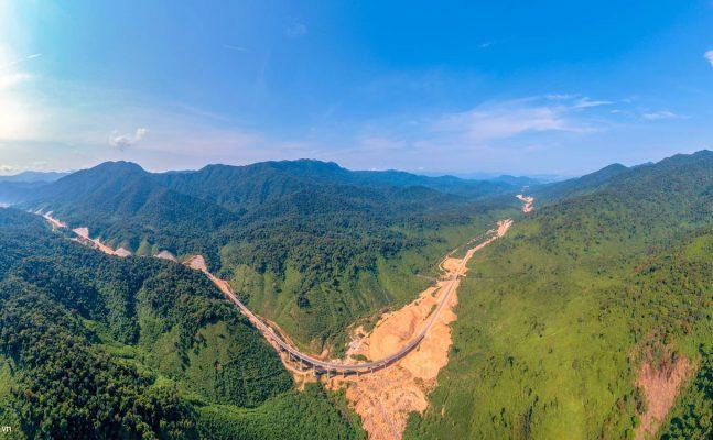 Cây cầu ở Km số 36 đoạn đi qua vườn quốc gia Bạch Mã có 14 nhịp đã hoàn thành.