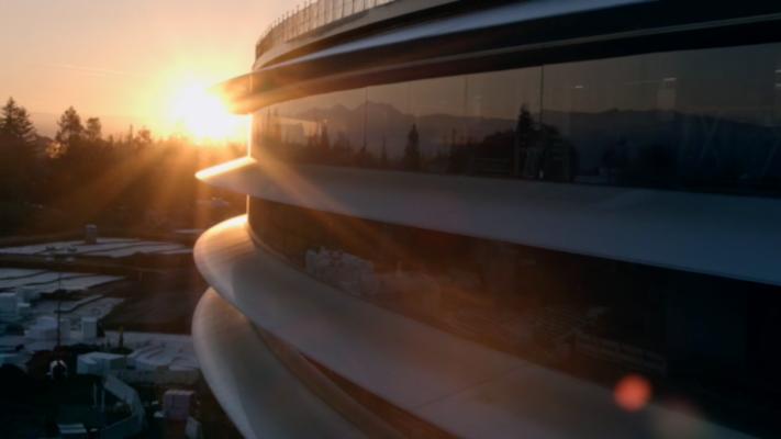 Trụ sở của Apple cũng tỏ ra đặc biệt thân thiện với môi trường. Apple cho biết nó sẽ là tòa nhà thông gió tự nhiên lớn nhất trên thế giới - có nghĩa là trụ sở không cần sử dụng điều hòa không khí hoặc máy sưởi ấm tại mọi thời điểm trong năm.
