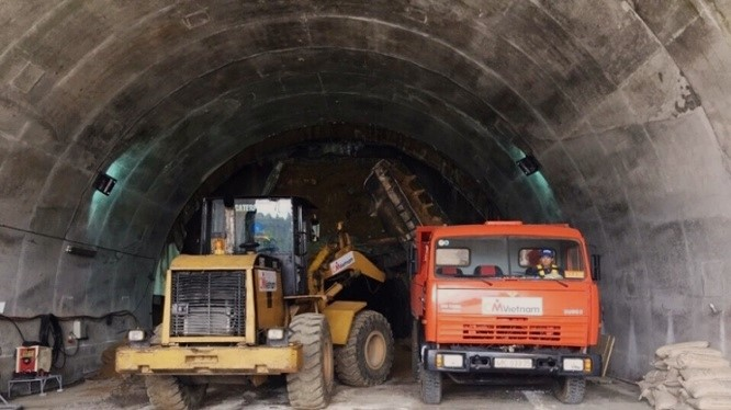 Hầm Hải Vân số 2 từng bị chậm tiến độ do công tác giải tỏa.