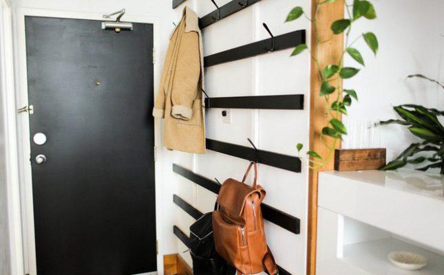 Ở những góc tường bạn có thể đặt những chiếc kệ góc nhỏ để chưng cất những vật dụng nhỏ